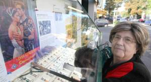 Besitzerin Anna Nitsch-Fitz beim Austauschen der Plakate © http://kurier.at/kult/rettet-die-breitenseer-lichtspiele/734.472