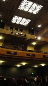 Hauptsaal mit Eröffnungsgästen © Ken Roe, http://cinematreasures.org/theaters/7521/photos/72156