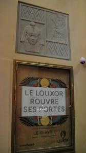 Poster und Emblem im Eingangsbereich © Ken Roe,  http://cinematreasures.org/theaters/7521/photos/72053