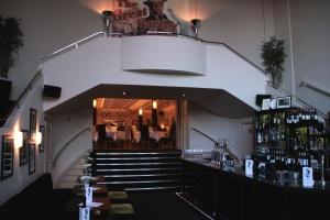 Eingangsbereich des Gatsby mit Bar und Blick auf das Restaurant © http://upload.wikimedia.org/wikipedia/commons/b/b2/Berkhamsted_rex_gatsby1.jpg