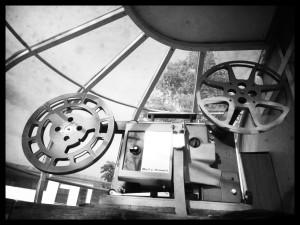 Bell & Howell 16mm Projektor in der Glaskuppel © http://www.vintagemobilecinema.co.uk/photographs