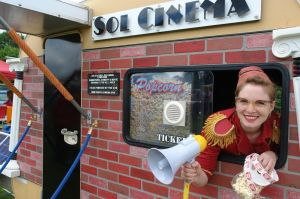 Sol Cinema Ticketausgabe © http://www.messynessychic.com/2013/02/26/the-last-cinema-bus/solcinema2/