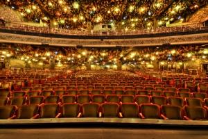 Blick auf das Auditorium mit den Buchenästen und Laternen © http://upload.wikimedia.org/wikipedia/commons/e/ef/Toronto_-_Wintergarden_Theater.jpg