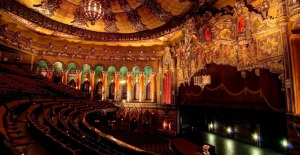 Blick vom Auditorium auf die Bühne © http://olympiaentertainment.s3.amazonaws.com/img/FoxTourPic5.jpg