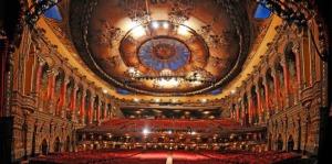 Blick von der Bühne auf das Auditorium © http://3.cdn.nhle.com/redwings/images/upload/2011/10/Fox_Theatre_661pw.jpg
