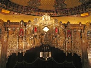 Dekoration über der Bühne (mit Elephantenkopf in der Mitte) © http://farm4.staticflickr.com/3228/2749882631_8d49c6cfa9_o.jpg