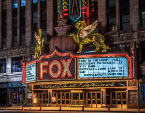 Eingangsbereich bei Nacht © http://images.fineartamerica.com/images-medium-large-5/historic-fox-theatre-in-detroit-michigan-peter-ciro.jpg