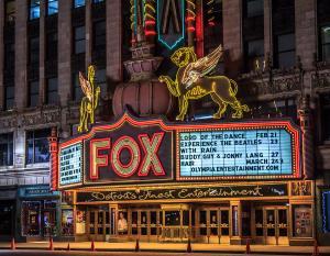 Eingangsbereich bei Nacht © http://images.fineartamerica.com/images-medium-large-5/historic-fox-theatre-in-detroit-michigan-peter-ciro.jpg