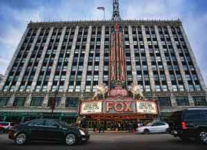 Fassade des Fox Theatre © http://images.fineartamerica.com/images-medium-large/the-fox-theatre-in-detroit-welcomes-charlie-sheen-gordon-dean-ii.jpg