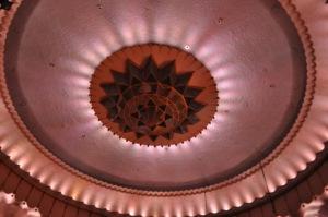 Decke des Saales mit indirektem Licht © Ken Roe, http://cinematreasures.org/theaters/3771/photos/19432