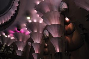 Säulen mit Wasserfontänen-Abschluss und Jakobsmuscheln als Verzierung © Ken Roe, http://cinematreasures.org/theaters/3771/photos/19435
