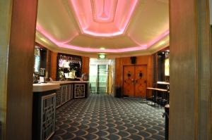 Bar im Ersten Rang © Ken Roe, http://cinematreasures.org/theaters/3771/photos/19425