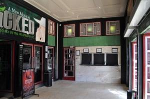 Eingangsbereich in der Wilton Road © Ken Roe, http://cinematreasures.org/theaters/3771/photos/19400