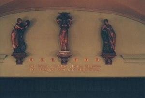 Drei Figuren über der Bühne © http://www.odeonfirenze.com/wp-content/uploads/2013/01/dettaglio.jpg