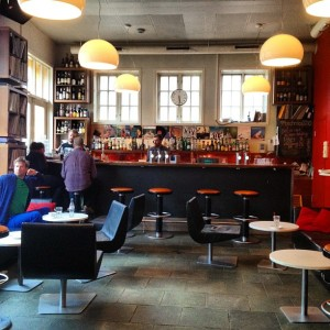 Café im Foyer © http://distilleryimage0.s3.amazonaws.com/cfaf2a3ea80f11e192e91231381b3d7a_7.jpg