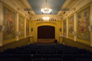 Kinosaal © https://frostnorwaywebshopdotorg.files.wordpress.com/2011/11/salbakfra.jpg