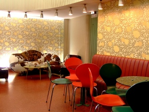 Sitzmöglichkeiten neben der Bar © https://c1.staticflickr.com/5/4072/4259505898_992477c38f.jpg