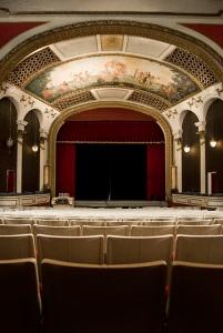 Blick auf die Bühne mit Deckenmalerei © Porcelain Doll, http://cinematreasures.org/theaters/5929/photos/29882