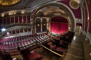 Blick vom Balkon auf die Bühne und den Zuschauerraum © Frank C. Grace, http://cinematreasures.org/theaters/5929/photos/1394