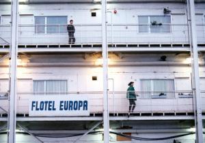 """Filmstill """"Flotel Europa"""" © http://multimedia.pol.dk/archive/00885/Flotel_885796a.jpg"""
