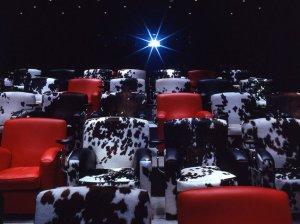 Kinosaal mit schicken Sesseln © http://www.cntraveler.com/galleries/2015-05-13/10-hotels-with-their-own-movie-theaters-wythe-mondrian/4
