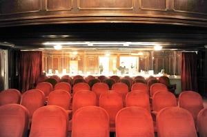 Kinosaal mit großer Glaswand mit Blick auf den Shop und das Foyer © Filmarchiv/Pelekanos, http://www.filmclicks.at/News/Kinokulturhaus-Wien-143473