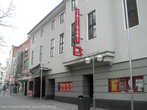 Fassade der Caligari FilmBühne © http://sowa.quicksnake.de/obrazky/sowa.quicksnake.de/goeast/caligari.jpg