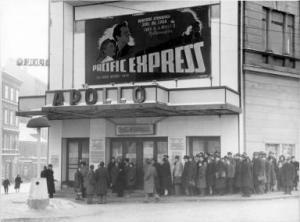 Alte Aufnahme einer Menschenschlange vor dem Apollo Kino © Lothar Rübelt, http://tinyurl.com/o9murju