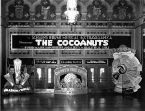 Displays von Joe Parrott vor dem Eingang des Tennessee Theatre  © McClung Historical Collection
