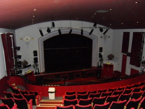 Blick vom Balkon auf die Bühne © http://www.users.waitrose.com/~welshrune/Hall%20Website/pictures/sdc10184b.jpg