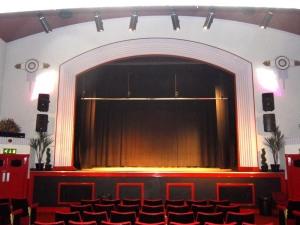 Blick auf die Bühne © http://www.users.waitrose.com/~welshrune/Hall%20Website/pictures/lge10167.JPG