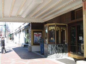 Eingangsbereich mit Tickethäuschen © http://home.comcast.net/~chasmith7/warner/day4.jpg