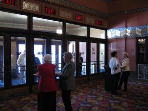 Lobby des Theaters © http://home.comcast.net/~chasmith7/warner/lobby2.jpg