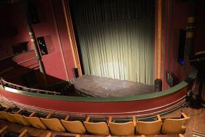 Blick vom Balkon auf die Bühne © http://www.theacademytheatre.org/wp-content/uploads/2014/06/Academy-Theatre-stage.jpg
