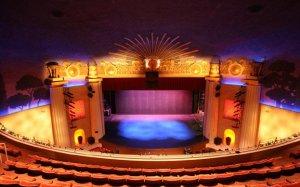 Bühne vom Balkon aus betrachtet © https://www.facebook.com/AlexTheatre/photos/a.10150416841650122.625213.111063775121/10150416841725122/?type=3&theater