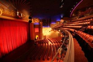 Blick auf Bühne und Zuschauerraum © https://www.facebook.com/AlexTheatre/photos/a.10150416841650122.625213.111063775121/10150416841965122/?type=3&theater