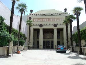 Vorhof und Eingang zur Lobby © Marine 69-71, https://upload.wikimedia.org/wikipedia/commons/4/4a/Glendale%2C_Ca.-Alex_Theatre-1925-4.jpg