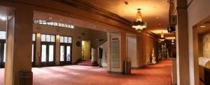 Blick auf die Lobby im Erdgeschoss © https://www.facebook.com/AlexTheatre/photos/a.10150416841650122.625213.111063775121/10150416983155122/?type=3&theater