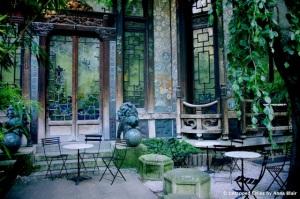 Garten der Pagode mit den kunstvoll gearbeiteten Fenstern © Anna Blair, http://untappedcities.com/wp-content/uploads/2013/01/La-Pagode-Cinema-Untapped-Paris-Anna-Blair.jpg