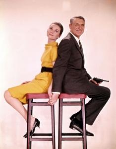 Hepburn in einem gelben Wollkleid von Givenchy auf einem Promo-Foto zusammen mit Cary Grant zu ihrem gemeinsamen Film