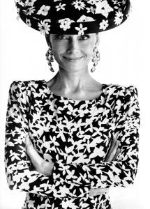 Hepburn in einem Givenchy-Ensemble für die französische ELLE 1988 © http://tinyurl.com/pvrfa9s