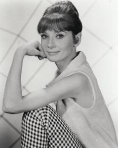 Hepburn in ärmellosem Wollshirt und karierter Hose, beides von Givenchy 1963 © http://tinyurl.com/qffhvjm