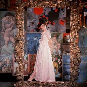 Hepburn in einem zartrosa Kleid aus Organdy auf einem Promo-Bild für