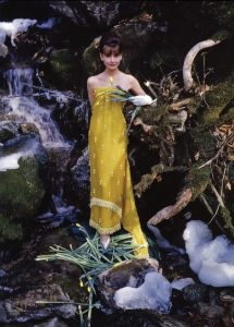 Hepburn in einem indisch anmutenden gelben Kleid 1962 © http://tinyurl.com/pmphbmn
