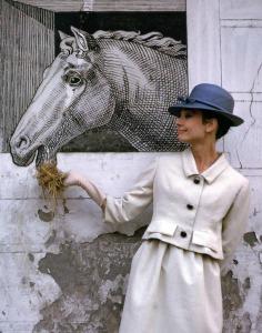 Hepburn posiert in einem Givenchy-Ensemble für das LIFE Magazine 1962 © http://tinyurl.com/ndfvmnz