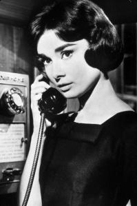 Hepburn in einem schwarzen Cocktailkleid in