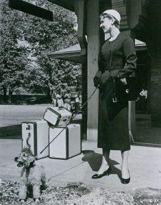 Audrey Hepburn in einem Givenchy-Kostüm im Film