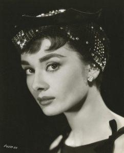 Glitzernder Hut den Hepburn zum schwarzen Cocktailkleid kombinierte © http://tinyurl.com/qgad2a4