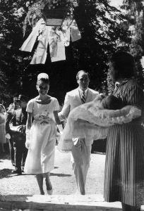 Auch bei der Taufe ihres ersten Sohnes Sean 1960 trug Hepburn Givenchy © http://tinyurl.com/naunwtu