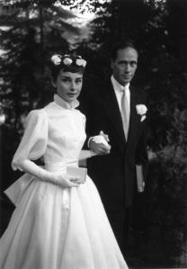 Audrey Hepburn in Givenchy bei ihrer Hochzeit mit Mel Ferrer 1954 © http://tinyurl.com/pjtzhmf